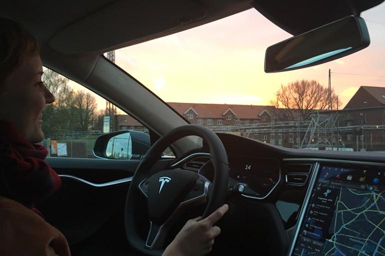 Billig billeje af Tesla Model S med Cruise control nær 2000 Frederiksberg.