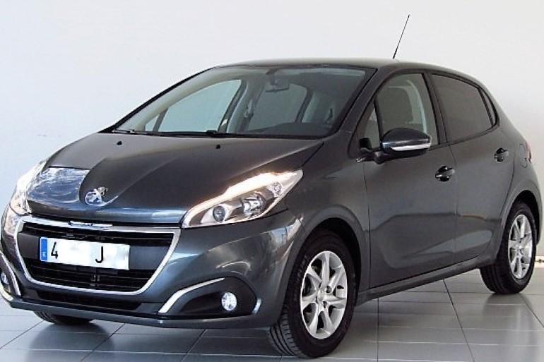 Alquiler barato de Peugeot 208 Style 1.2 Puretech con equipamiento GPS cerca de 37008 Salamanca.