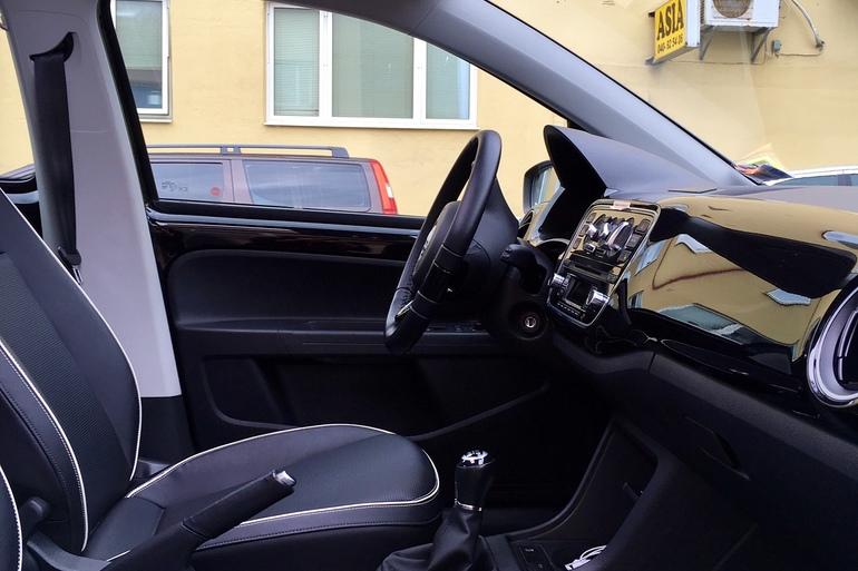 Billig biluthyrning av VW eco UP med Vinterdäck i närheten av 214 46 Malmö.