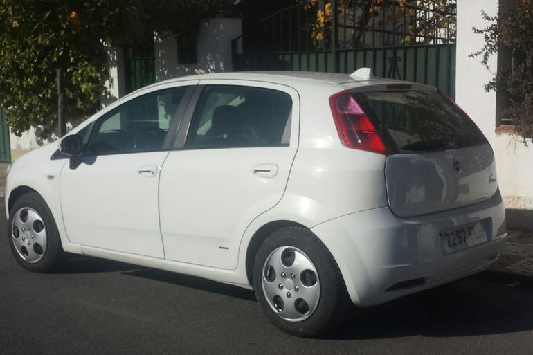 Alquiler barato de Fiat Punto 1.3 Multijet 16V Dynamic con equipamiento AUX/Reproductor MP3 cerca de 18007 Urbanización los Vergeles.