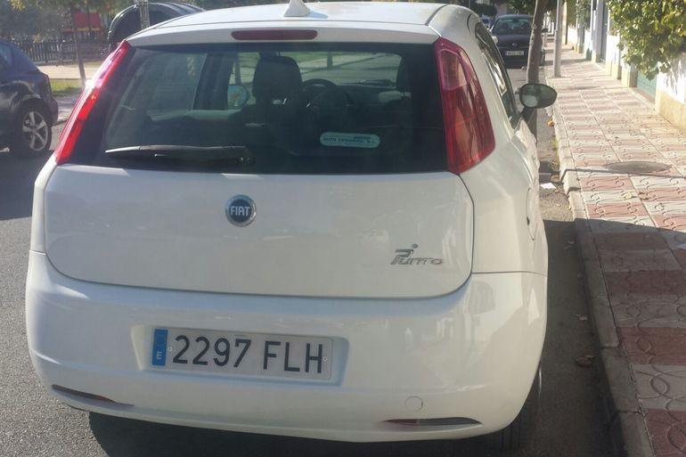 Alquiler barato de Fiat Punto 1.3 Multijet 16V Dynamic con equipamiento Lector CD cerca de 18007 Urbanización los Vergeles.