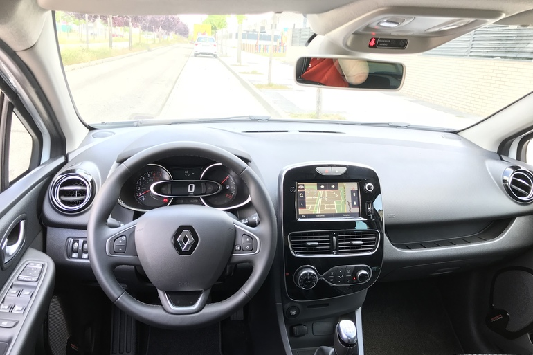 Alquiler barato de Renault Clio Limited 1.2 con equipamiento Bluetooth cerca de 28012 Madrid.