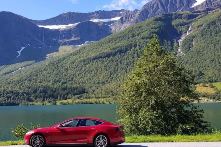 Billig leie av Tesla P85D  med Cruise-control nærheten av 0355 Oslo.