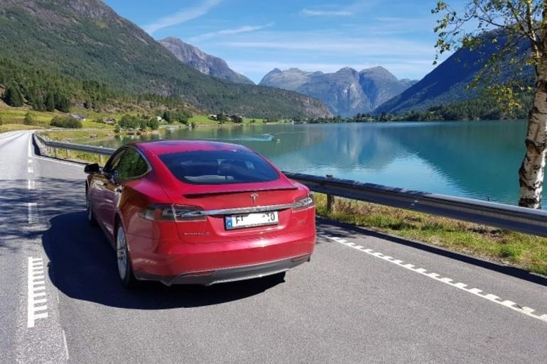 Billig leie av Tesla P85D  med Elektriske vinduer nærheten av 0355 Oslo.