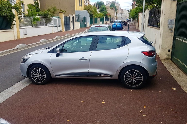 Location économique de voiture de Renault Clio avec Entrée AUX/MP3 proche de 92000 Nanterre.