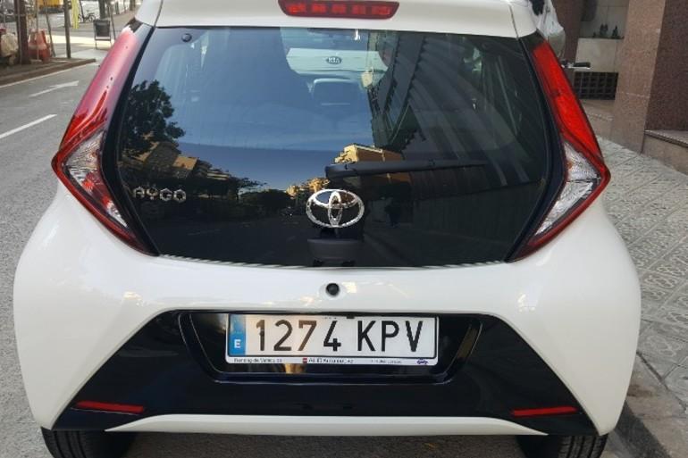 Alquiler barato de Toyota Aygo 1.0 Vvt-I X-Play cerca de 08006 Barcelona.