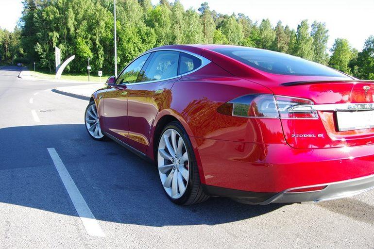 Billig leie av Tesla P85D  med Aircondition nærheten av 0355 Oslo.